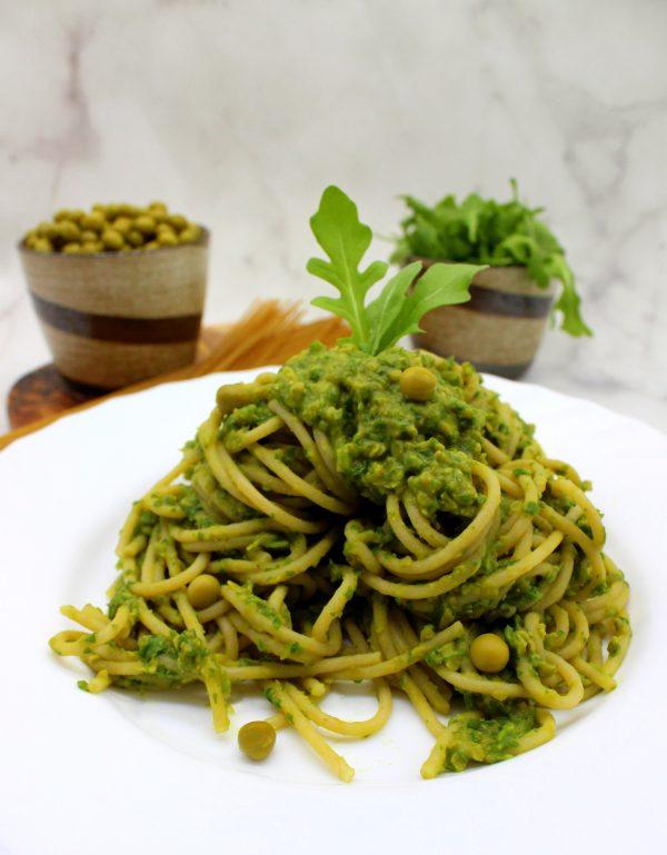 Šķīvis ar spageti makaroniem ar rukolas un zaļo zirnīšu mērci
