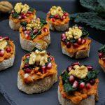 Crostini con cavolo nero e hummus di peperoni arrostiti